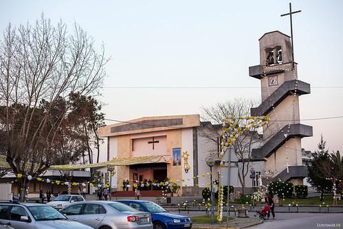 Toute la commune de Ilha s'est préparée à recevoir Notre Dame. L'église, comme le village, est abondamment décorée de fleurs en plastique…