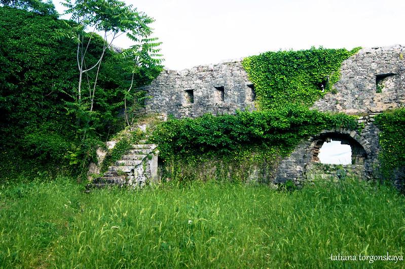 Стена дворика