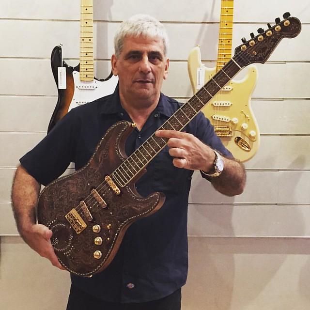 Acá estoy con la Hermitage Stratocaster, guitarra de Un Millón de dólares construida en el Fender Custom Shop por Yuriy Shishkov, pocos la pudieron tener en sus manos!!!! Increíble!!!