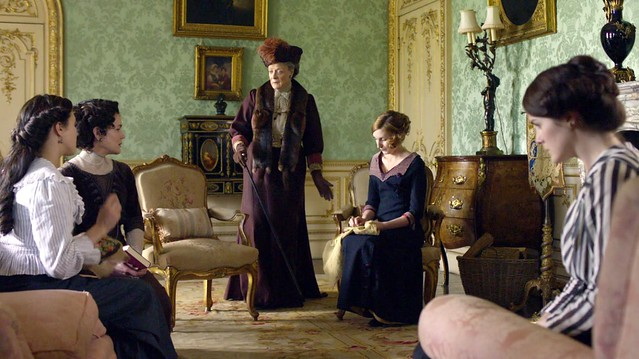 DowntonAbbeyS01_Violet_furstole