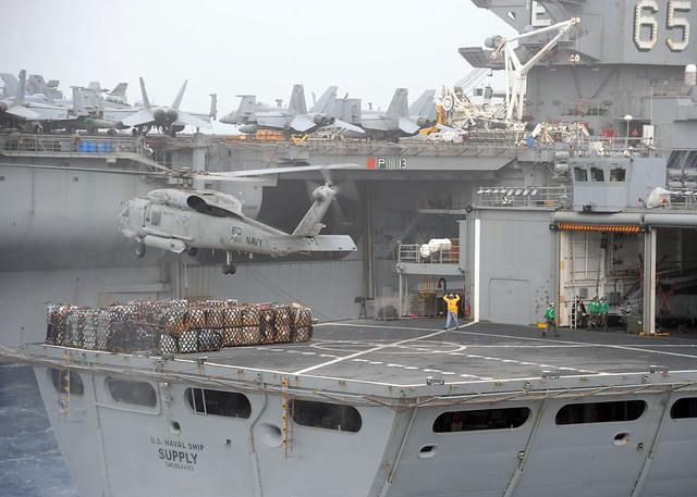 Εν πλω ανεφοδιασμός του αεροπλανοφόρου Enterprise στον Περσικό Κόλπο από το πλοίο ανεφοδιασμού USNS Supply με την χρήση ελικοπτερου SH-60B Sea Hawk (Φωτογραφία: US Navy)