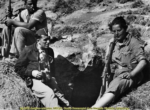 Loporzano* (frente de Huesca),  finales de septiembre de 1936. Agustí Centelles i Ossó en el frente, con un gorrillo cuartelero, a la derecha una miliciana voluntaria antifascista. by Octavi Centelles