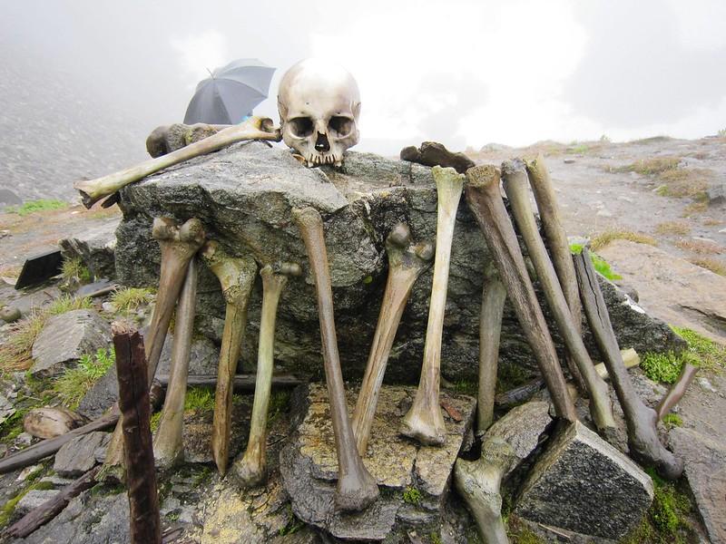 lago de los esqueletos de Roopkund