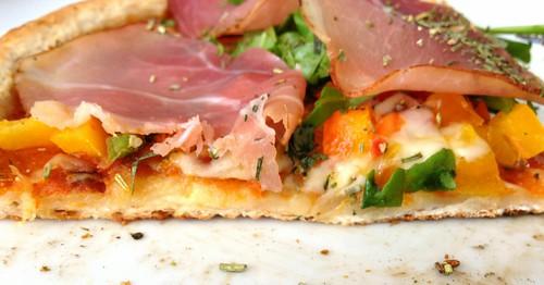Pizza mit Ruccola & geräuchertem Schinken - Pizzaboden