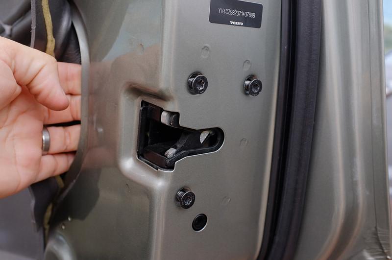Replacing the door lock actuator