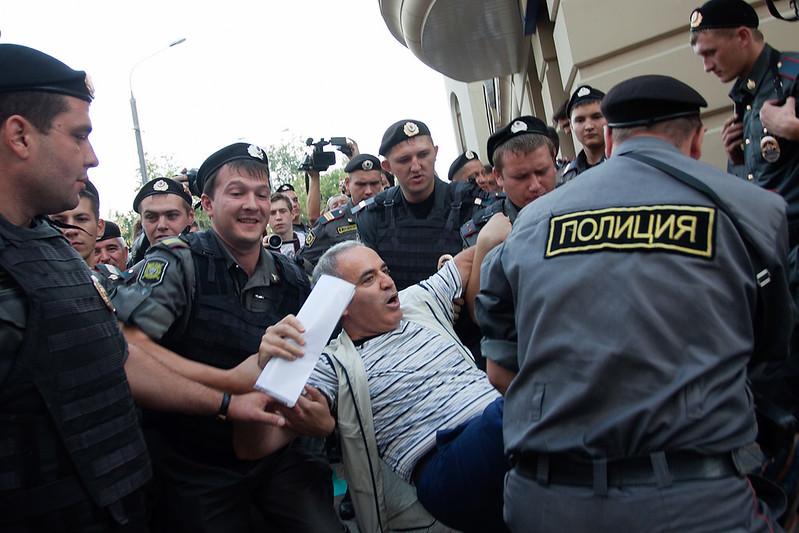 Задержание Гарри Каспарова у Хамовнического суда на акции поддержки Pussy Riot