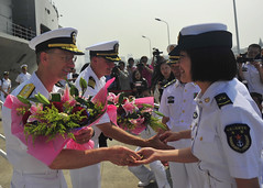 Vice Adm. Joseph Aucoin, commander of U.S. 7th Fleet, and Capt. Matt Paradise, commanding officer of the U.S. 7th Fleet flagship USS Blue Ridge (LCC 19), are greeted on the pier by the People's Liberation Army (Navy) during a welcoming ceremony in Shanghai. (U.S. Navy/MC3 Don Patton)