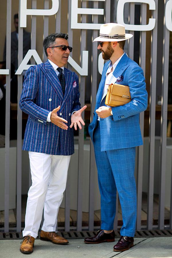 紺ストライプダブルジャケット×白パンツ×キャメルウイングチップ&ブルーチェックスーツ×ブラウンモンクストラップ