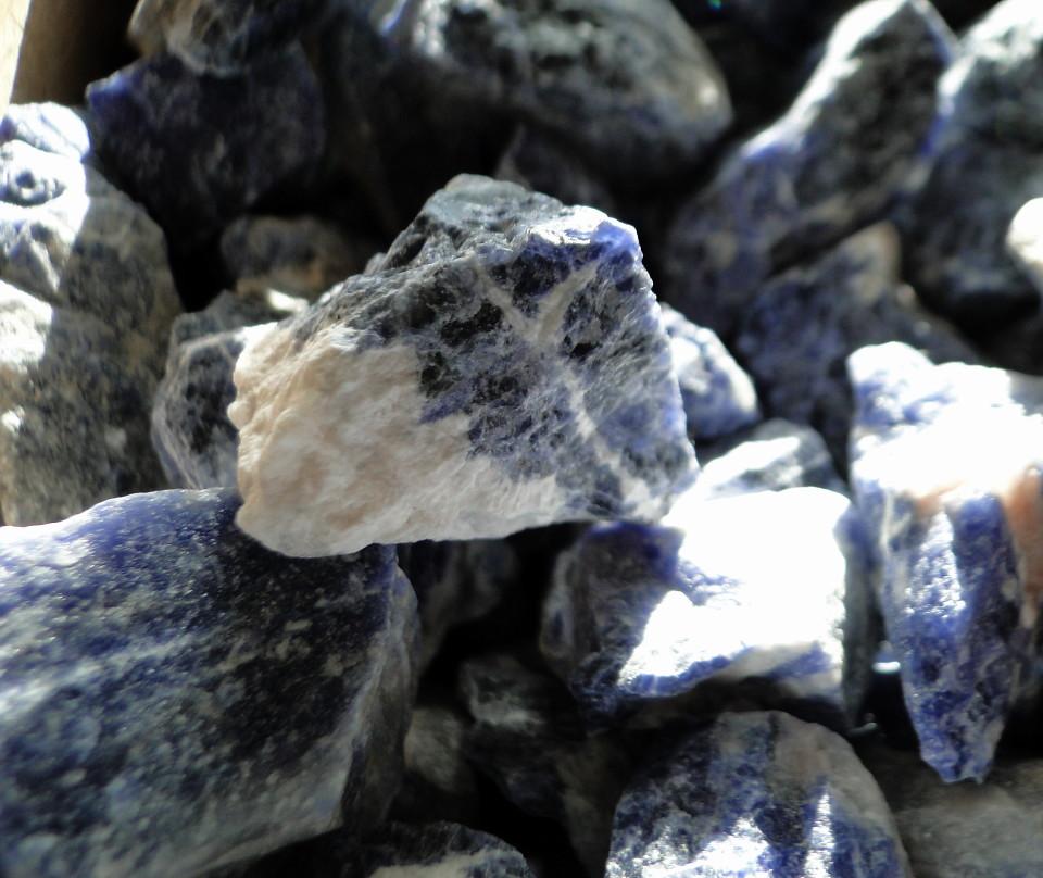 75-2apr12_3155_Howe Caverns_stone_rough sodalite