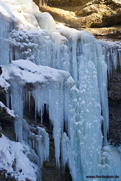 Mächtige Eiszapfen an der Kante der Pähler Schlucht