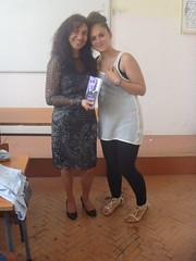 regalando mi poemario Esperanza traducido a Natalia