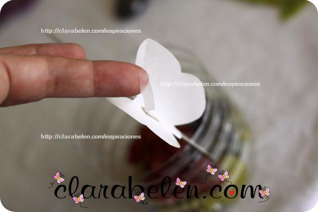 Botellas y vasos plástico y mariposas