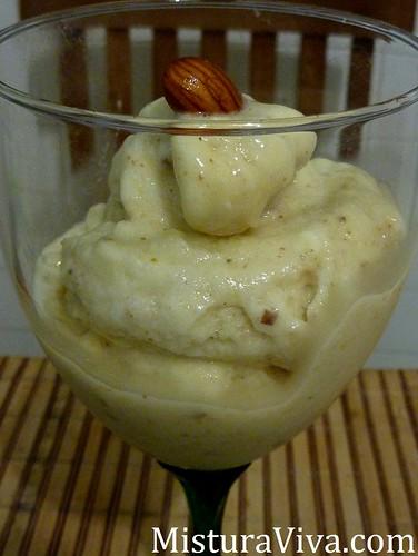 Sorvete de banana com crocantes de amêndoa hidratada