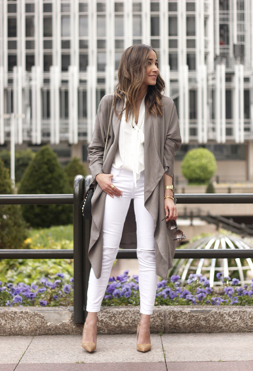 grey and white outfit trench spring streetstyle sunnies nude heels ripped jeans07