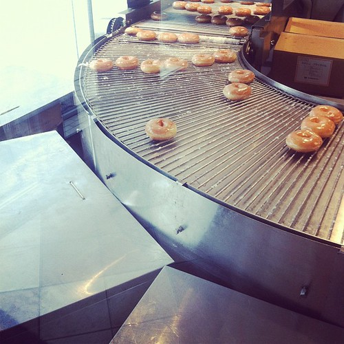 Desayunando en una fábrica de donuts