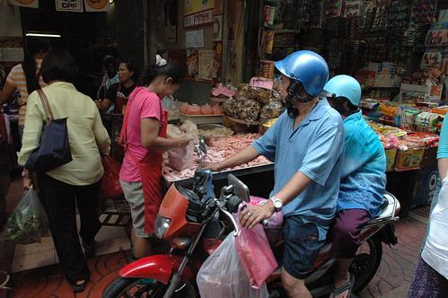生鮮路地の狭い通りをばあちゃん乗っけてバイクで買い出し。ありえん。