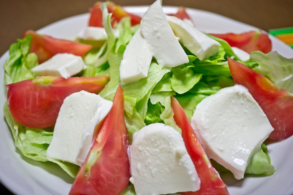 モッツァレラチーズとサラダ