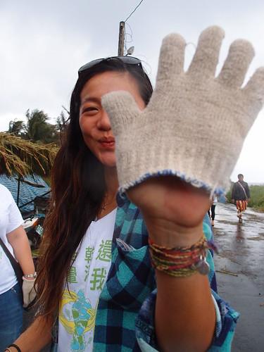 由台灣環境資訊協會及台東衝浪店等團體發起的守護基翬地球日活動,結合了淨灘、衝浪及音樂會,要喚起人們對海洋的愛惜之心。圖為民眾戴上麻布手套準備淨灘。
