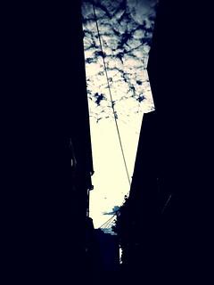 路地から見た空