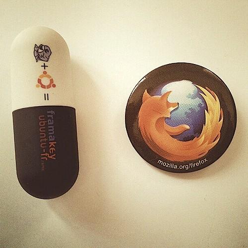 10 ans de Standblog, figurés par une clé USB Framakey GNU/Linux et un badge Firefox