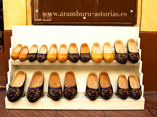 Madreñas, Clogs in Asturias