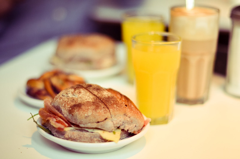 Frukost, loppis och småbutiker.