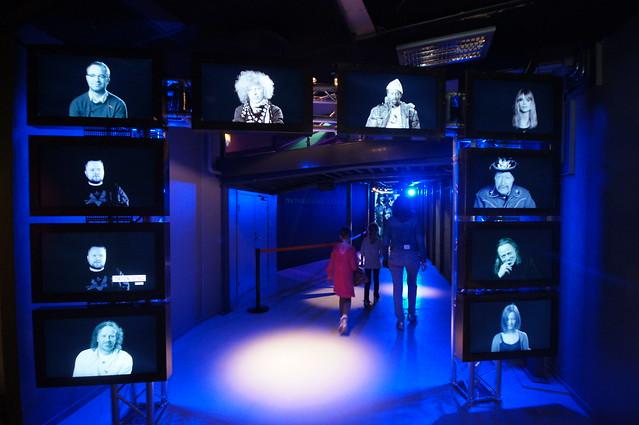 Inngangsarken til museumsdelen av Popsenteret spiller film av norske musikere som ønsker besøkende velkommen.