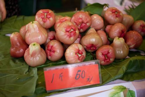 ワックスアップルっていう台湾フルーツ。なんか、しゃべり出しそうじゃない? てか、うるさそう。食ってやれ。(梨のような食感で、甘くてジューシー、たいへん美味でした。)