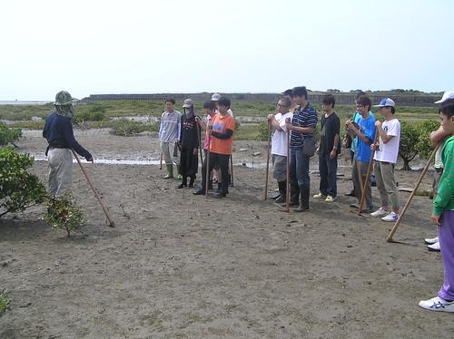 荒野新竹分會專案負責人張登凱正在為學子講授課程。(圖片來源:荒野新竹分會)