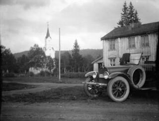 Hudson ved Trones kirke i Namsskogan (ca. 1920)