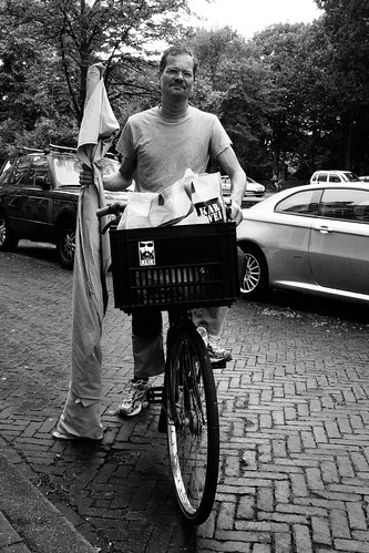 Een Klik! en de fietseigenaar by Pascal Maramis