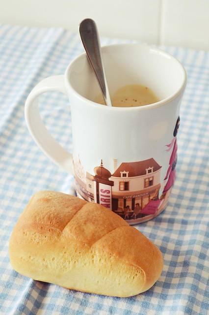 panecillos de leche y café