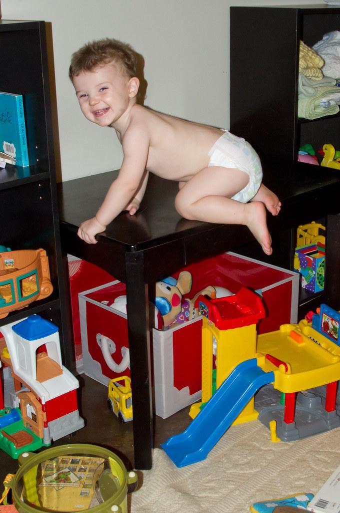 enfant qui grimpe sur une table