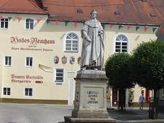 König Ludwig von Bayern vor dem Weißen Brauhaus in Kelheim