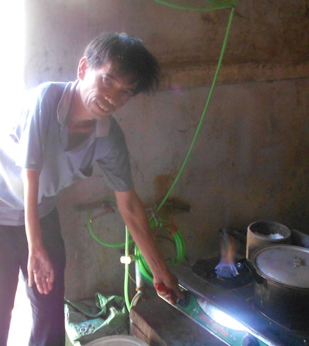 Mr. Dao Van Thuan demonstrates his biogas powered stove