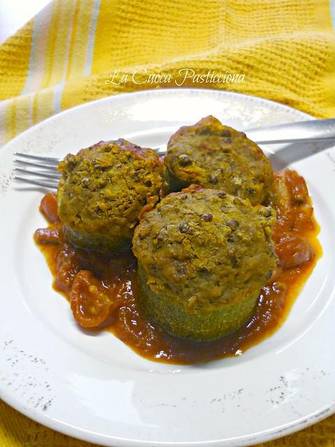 Zucchina ripiena di simil polpettone di lenticchie su salsa di pomodoro fresco