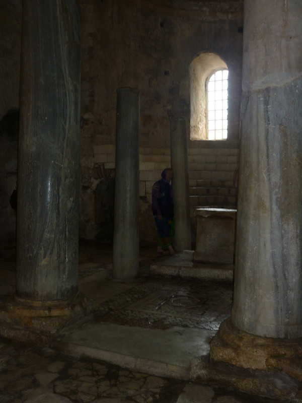 В храме хотелось к чему-нибудь прислониться и стоять вот так...
