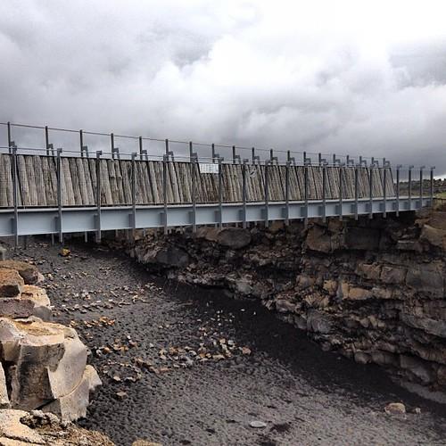 Puente entre dos continentes. Une la placa americana con la eurasiática, que se separan 2 cm al año #tripiniceland #iceland #islandia #bridge #puente