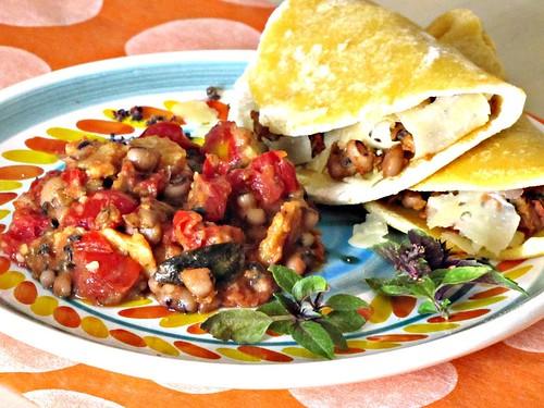 Tacos di Farina Gialla con Salsa Piccante di Frijoles y Queso al Tonno