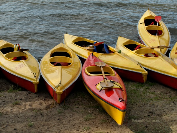 6 kayaks on a beach, link to Flickr page
