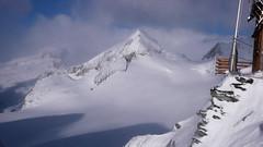 Schronisko Oberaarjoch Hutte (3212m) - widok na szczyt Finsteraarhorn (4274 m)