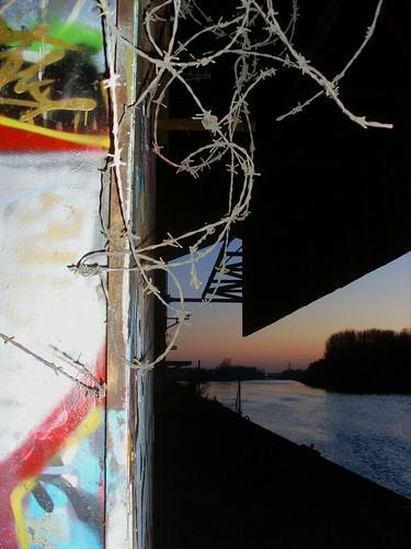 sunset color night canal tag barbedwire nuit barbelé escaut