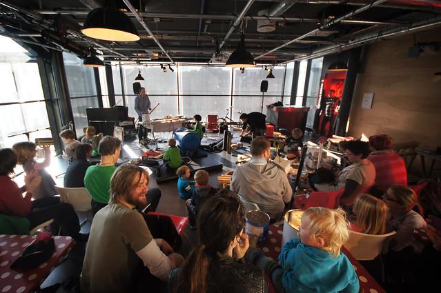 Mange flinke barn og foreldre var med i skrotorkesteret på Popsenteret i Oslo.