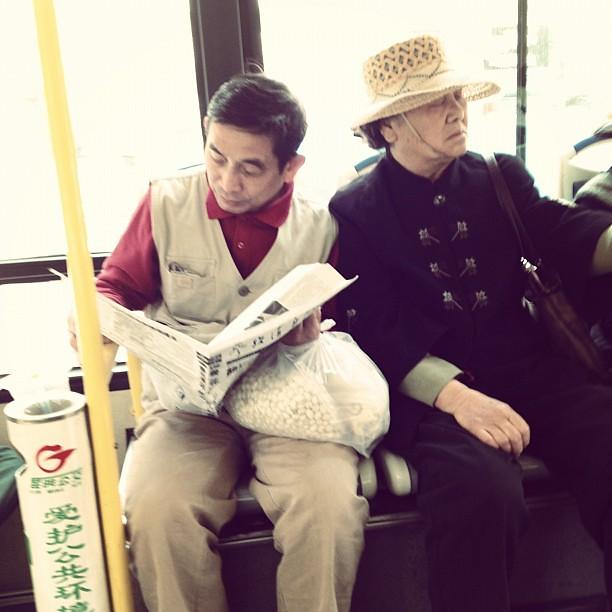 讀報的老人