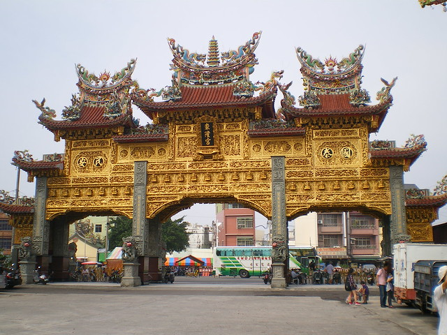 東港東隆宮的黃金牌樓
