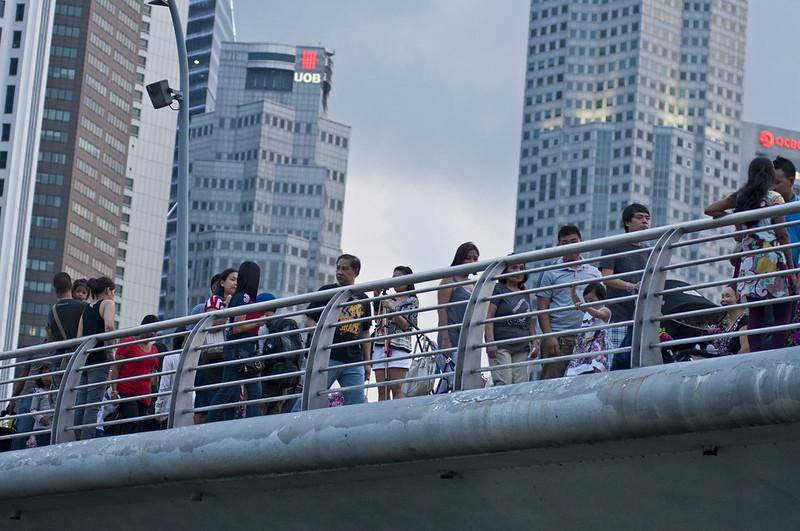 Люди гуляют по мосту в Сингапуре