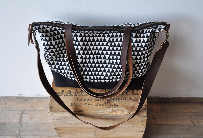 zip tote triangle with long strap2