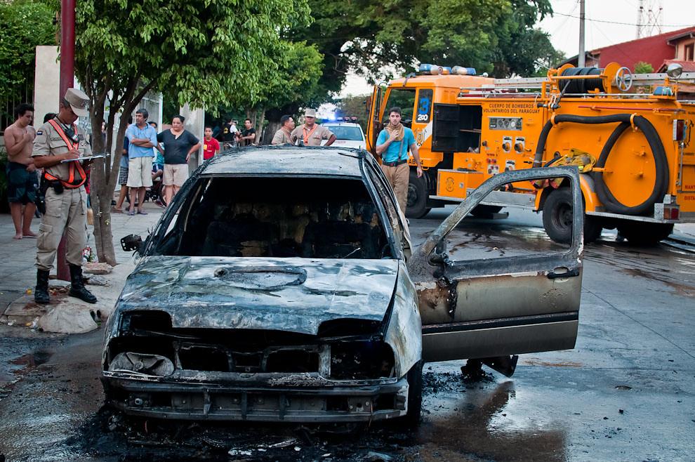 En este estado quedó un vehículo marca Volkswagen tipo Golf luego de que el personal de la 3ra. Compañía terminara su trabajo de extinguir las llamas del incendio generado desde el interior del motor. A pesar del urgente servicio prestado por los bomberos, las voraces llamas consumieron totalmente al vehículo quedando muy poco que rescatar. Este tipo de incendios es muy peligroso y acelerado debido a la presencia de sustancias combustibles que actúan rápidamente sin dar oportunidad a la gente de reaccionar y salvar su automóvil por ellos mismos. (Elton Núñez)