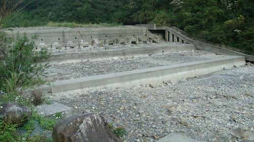 位於宜蘭粗坑溪之粗坑堰,現已淤滿,其壩體左側設有魚道,然已無功用