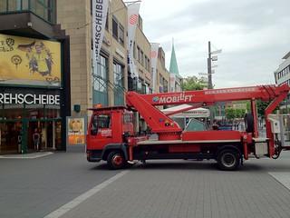 Hebebühne vor der Drehscheibe Bochum und dem BVB/Puma-Plakat
